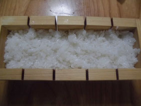 木枠に酢飯を詰める