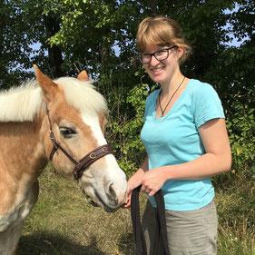 aHUT, Hanna Neubauer, Pferdetrainerin, Pferdelehrerin, entspannt Spazierengehen mit Pferd