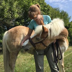 aHUT, Hanna Neubauer, Pferdetrainerin, Pferdelehrerin, entspannt Spazierengehen mit Pferd, Physiotherapieübungen mit Pferd