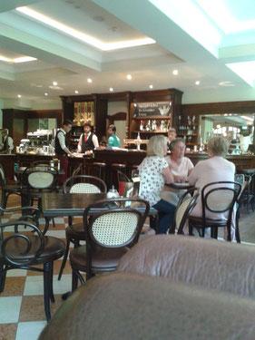 Im Roncalli Cafe , das haben wir uns verdient