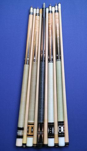 少しずつ長さの異なる名キュー達。左から:1960年代のパーマー(57インチ)、1970年代のタッド(約57.2インチ)、コグノセンティ(57.5インチ)、バリー・ザンボッティ(58インチ)、ショーマン(58.5インチ)