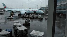 往復に利用したカナダエアー CA愛想なくサービスも悪し