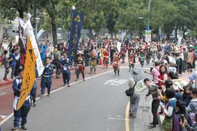 目抜き通りをパレード