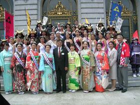 日本総領事夫妻、さくらの女王達と記念撮影