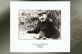 Zwart-wit foto. Een oude man met pet en pijp.