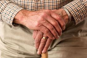Alter Mann, Hände, Ehering