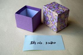 貼箱の小箱には千代紙と鳥の子紙を貼り込みんでいます