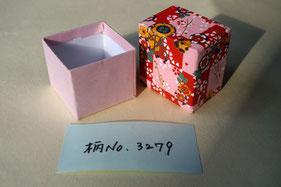 貼り紙に千代紙と鳥の子紙を使用した小箱の貼箱