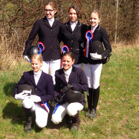 von hinten links: Laura Hetzler, Emily Fuchsberger, Louisa Tent    Vorne: Anne Brand, Svenja Jäger