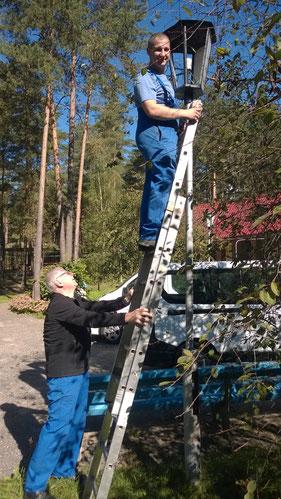 Fedor und Ewald bei der Reparatur der Außenbeleuchtung