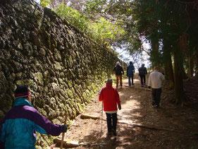 奥の院から苔むす石垣を金剛堂へ