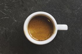Espresso Tasse auf Tisch von oben
