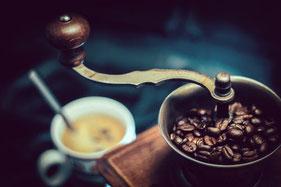 Kaffeemühle und Tasse Kaffee mit Löffel