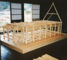 石場建ての軸組構造が組み上がり、合掌を建て始めます