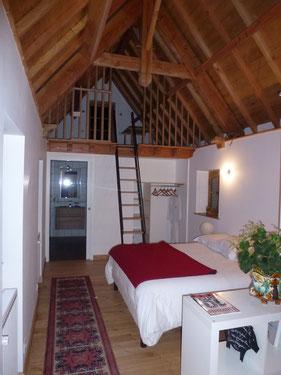 Le Blanzou peut accueillir 4 personnes : la chambre dispose d'un lit double de 160 cm et deux lits simples à 90 cm en mezzanine ouverte
