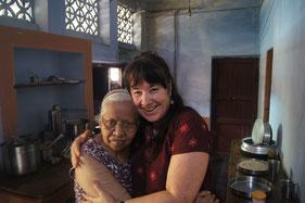Amma mit Rahmana in ihrer Küche