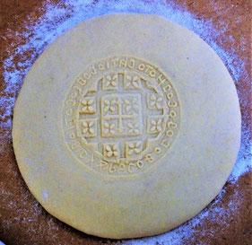 Frischer Teig des Hl. Brotes mit Stempel. Foto: Daniela Rutica