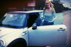 KFZ Versicherungsvergleich von Paschke und Partner in Delitzsch (Sachsen), Beiträge sparen, BMW Mini, junge hübsche blonde Frau mit Brille