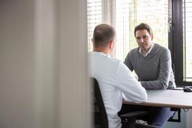 Holger Sucker im Coaching-Gespräch mit Mann