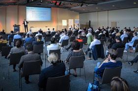 Holger Sucker hält Vortrag vor großem Publikum