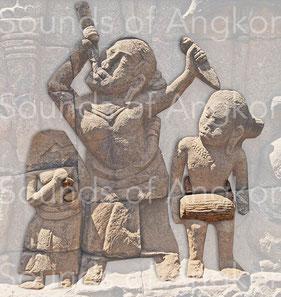 """Avaleuse de couteaux. Au pied de la terrasse de Yama, plus connues sous le nom de """"Terrasse du roi lépreux"""". XIIIe s."""