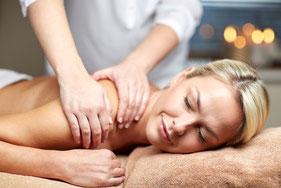 Kopf Nacken Schulter Massage - Verspannungen werden durch gezielte Behandlung gelöst