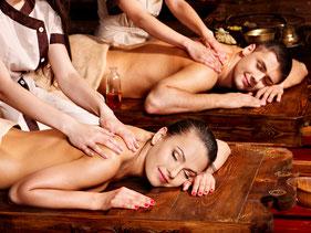 4-Hände Massage - eine Person wird von 2 Masseurinnen gleichzeitig behandelt