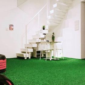 天満橋スタジオ/大阪の幼児子供英会話ALOHAKIDSアロハキッズ、緑の人工芝で楽しく子供フィットネス、バイリンガルトレーナーで自然に英語が身につくキッズ英会話