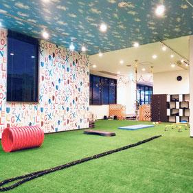 古川橋スタジオ(門真市)/大阪の幼児子供英会話ALOHAKIDSアロハキッズ、緑の人工芝で楽しく子供フィットネス、バイリンガルトレーナーで自然に英語が身につくキッズ英会話