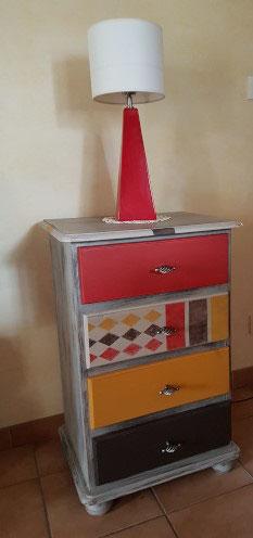 Meuble quatre tiroirs rénové couluers rouge, marron et jaune