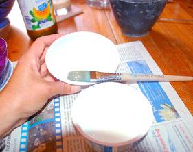 Plastischälchen mit Öl einpinseln Die kleine Perlenwerkstatt