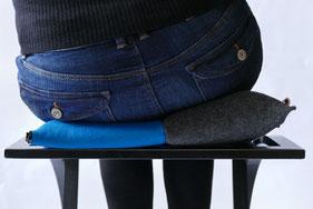 Ergonomisches Sitzkissen Bürostuhl Pad: FLOWMO in blau auf Küchenstuhl nach links gebeugt.