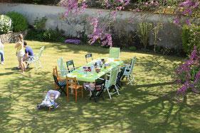 Petit déjeunée de chambre d'hôte au soleil dans le jardin sous les arbres en fleurs