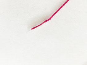 糸の先にセロハンテープを巻き芯を作ります