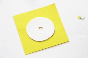 プラ板の下に色紙を置いて両面テープで固定