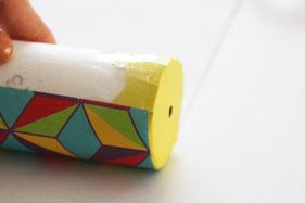 筒に両面テープを貼って色紙を巻いていく
