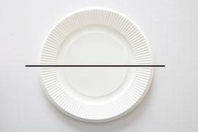 紙皿2枚を重ね、半分にハサミで切る