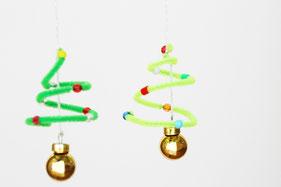キラキラボールとモールを糸で繋げ、吊るし糸をつくれば完成