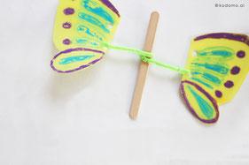 アイスの棒と羽をモールで巻きつなげます(2箇所とも)