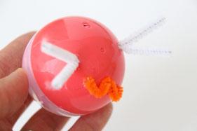 お菓子をつめたら、カプセルの穴やふたの隙間にパーツを差し込んだり、ペンで模様を描いたりしてできあがり!