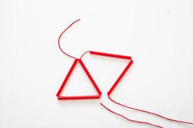 ストローを2本通し、結んで三角形を2個作る