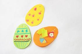 2重に重ねた厚紙を卵型にカット。折り紙やペン、フィンガーアートなどで模様を描きます
