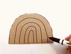 ダンボールを好きな形に切って下絵を描きます