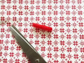 赤と黒のモールをそれぞれ2センチずつカット