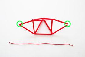 吊るし糸を用意し左右の○部分を結べば完成