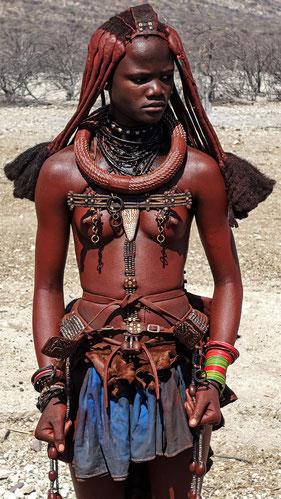 Jeune femme Himba aux poings serrés, Namibie