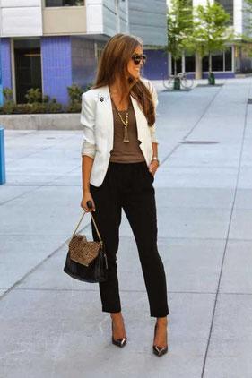 e6dcfceee El estilo de la mujer italiana es elegante y altamente femenino. La  italiana invierte en bolsos icono, viste con color, sucumbe a los flechazos  de moda y ...