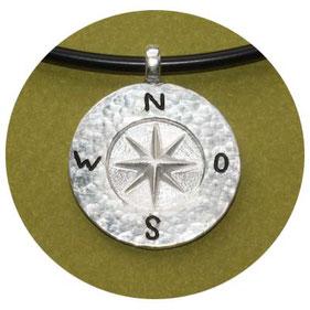 Bild: Maritimer Schmuck, Koordinatenanhänger aus Silber,runde Platte mit Koordinatenstern und Himmelsrichtungen,Hehämmert und leicht geschwärzt,Öse am oberen Rand