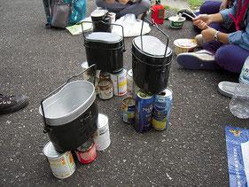 お昼は、空き缶で作ったコンロで自炊。