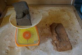 2種類の粘土を秤で同じ重さ用意する